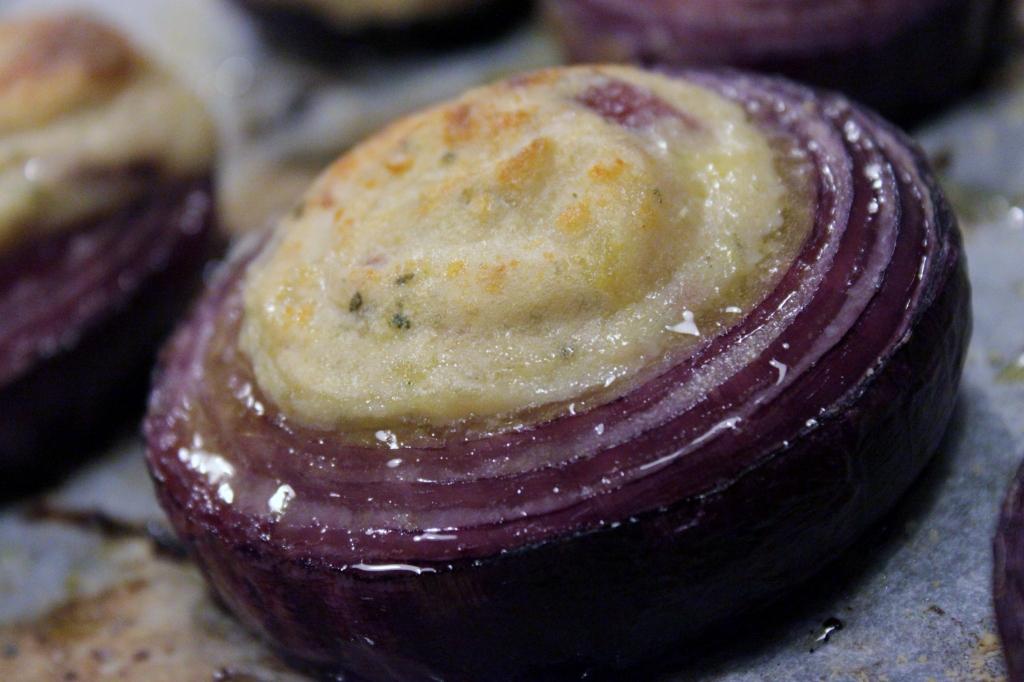 cipolle rosse ripiene di patate al latte e salvia