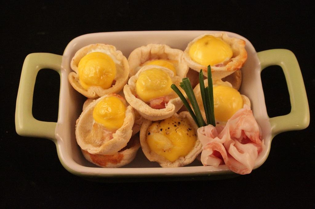 Cestini di pane con uova di quaglia e speck