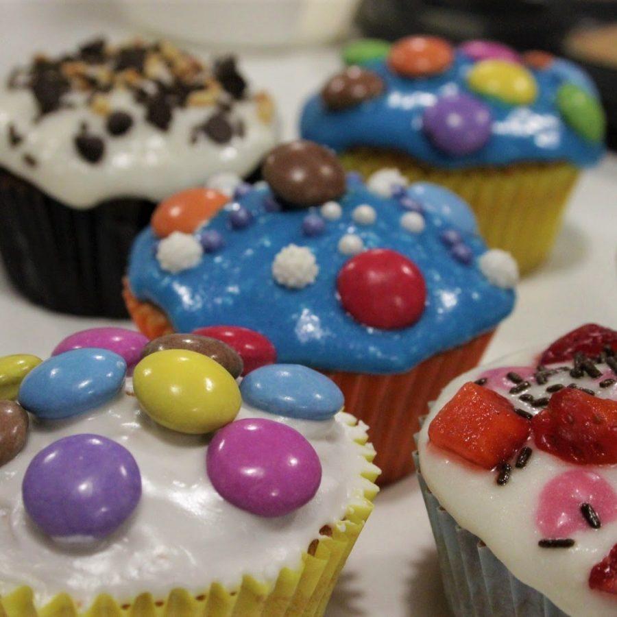 Cupcakes al cacao con glassa colorata