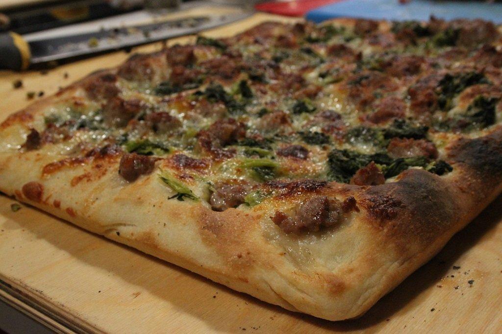 Pizza in teglia con salsiccia e friarielli
