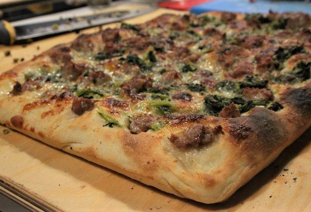 pizza in teglia salsiccia e friarielli