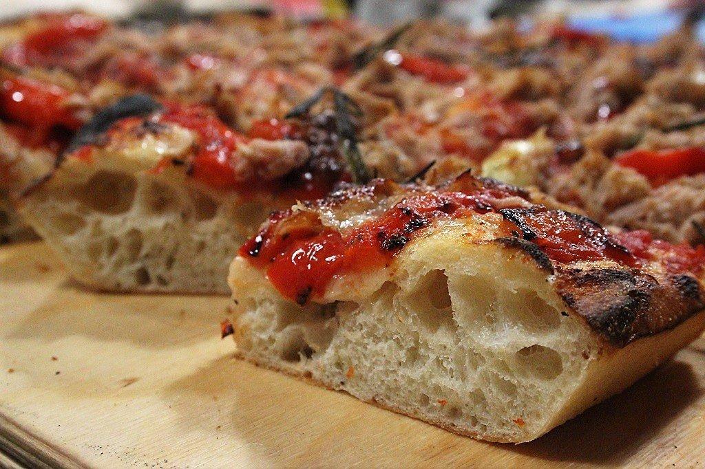 Pizza soffice con peperoni e tonno