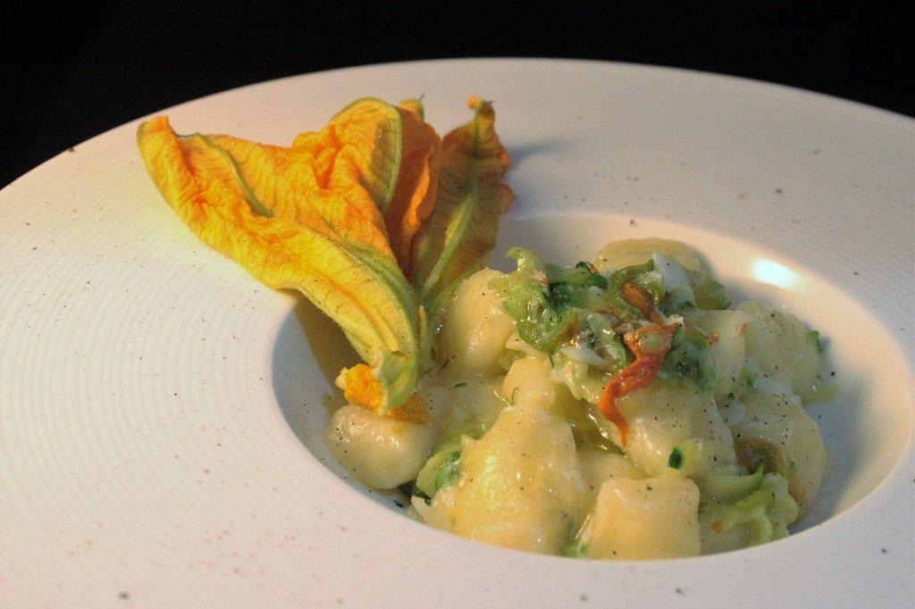 gnocchi-di-patate-con-fiori-di-zucca-zucchine-e-baccala-2
