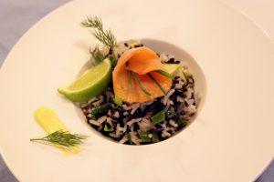 Insalata di riso con avocado e salmone