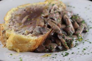 Filetto di tonno in crosta con funghi cremini e passata di lupini