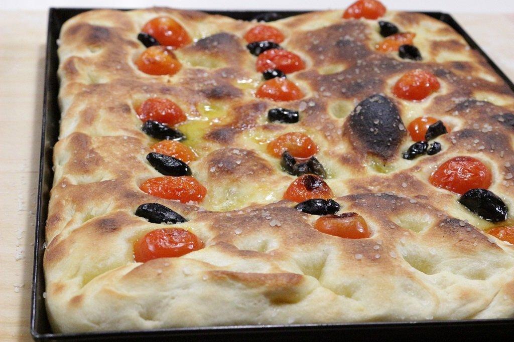 focaccia-con-la-semola-pomodorini-e-olive-2