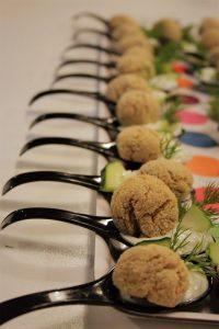 Polpettine di quinoa e fagioli con salsa ai cetrioli
